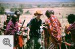 Handel kwitł - stare telefony komórkowe za masajskie ozdoby.